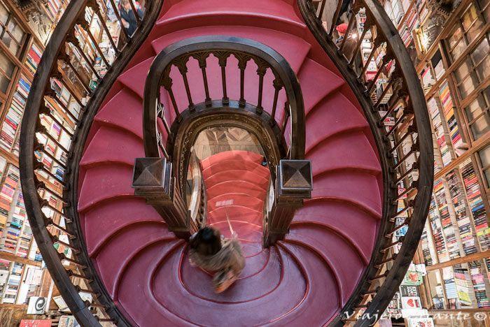 """Mención especial merece la vidriera del techo donde podemos leer la frase """"Decus in Labore"""", el lema de la librería."""