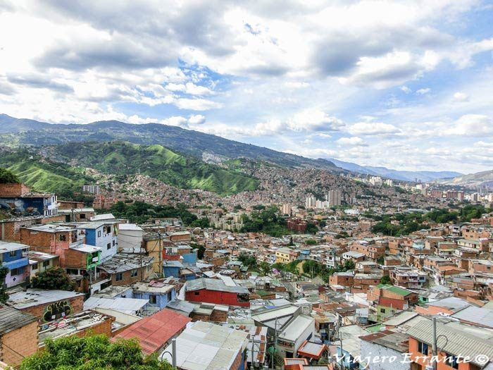Vistas desde lo alto de la comuna 13 en Medellín