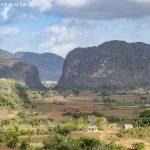 Valle de Viñales, entre campos y mogotes.